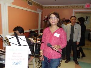 Kathy Lee hết mời bánh lại cầm micro, đàng nào các cụ cũng vui.
